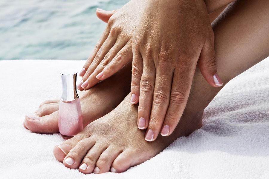 Beauté des pieds avec gommage, massage et pose de base