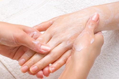 Manucurie complète avec gommage, massage et pose de base